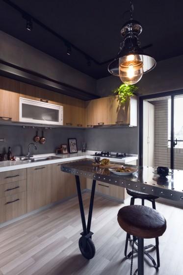 Diseño de cocia con isla de metal estilo industrial