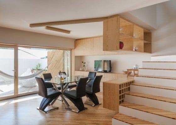 Diseño de comedor moderno con sillas negras y nesa vidrio
