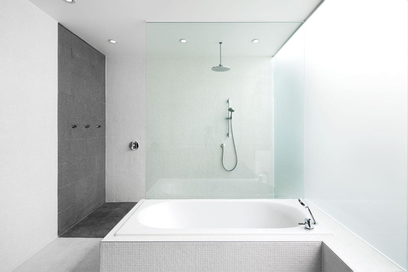 Planos de casa de dos pisos tres dormitorios construye for Azulejos blancos bano