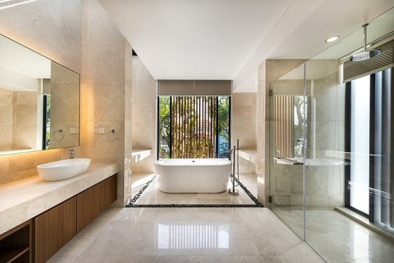 Diseño de cuarto de baño moderno con marmol
