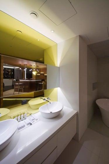 Diseño de cuarto de baño moderno con trabajo de luz artificial