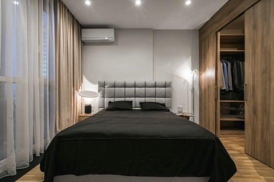 Diseño de dormitorio sencillo con walk in closet