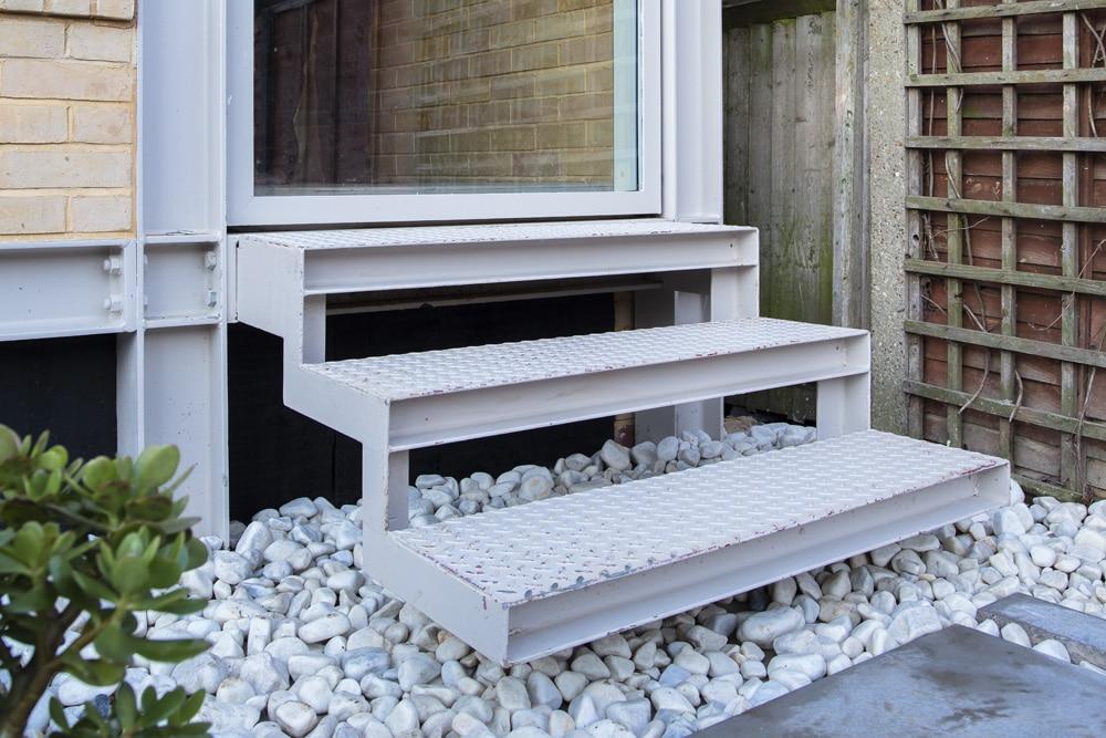 Dise o de casa de dos pisos peque a for Escaleras en salas de casas