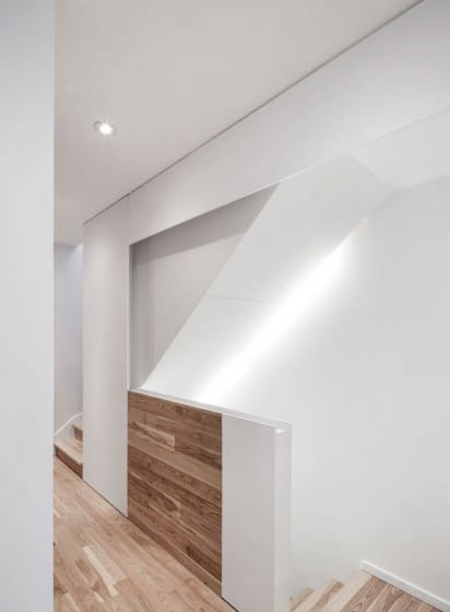 Diseño de pasadizo y escaleras de casa de dos pisos