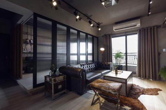 Diseño de sala con paredes de concreto y muebles de cuero