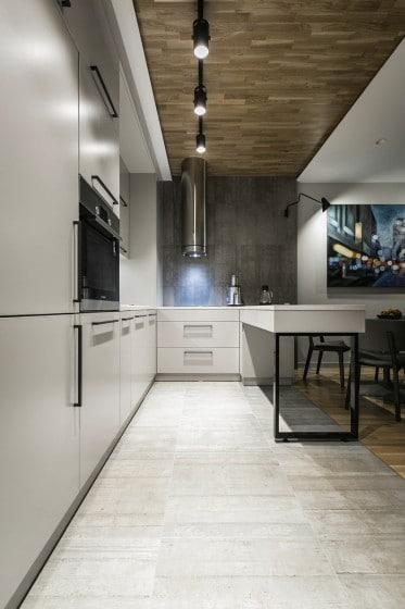 Diseño de sencilla cocina con muebles blancos