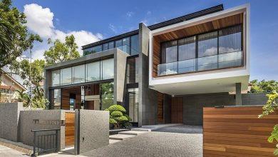 Photo of Diseño de casa moderna construida en terreno grande, estructura armoniza diferentes materiales de construcción