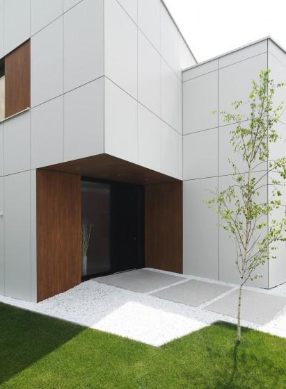 Ingreso principal a casa de dos pisos