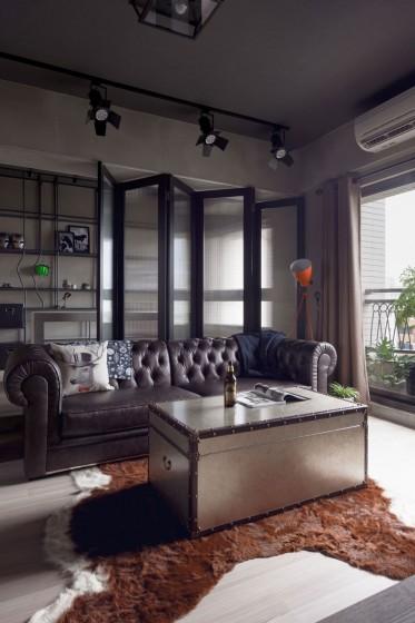 Diseño de sala con separador de ambientes transparente