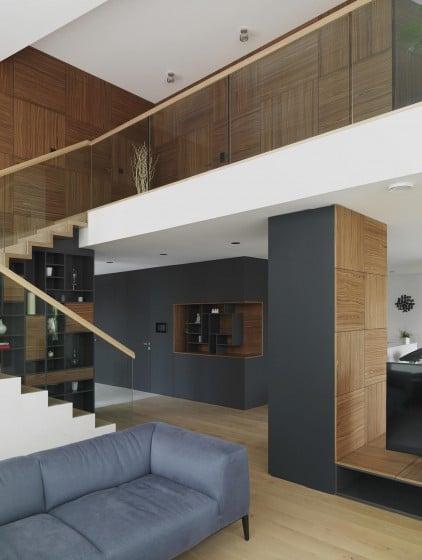 Vista del interior de la casa con sala a doble altura