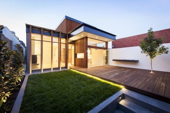 Casa moderna de un piso iluminada por la noche
