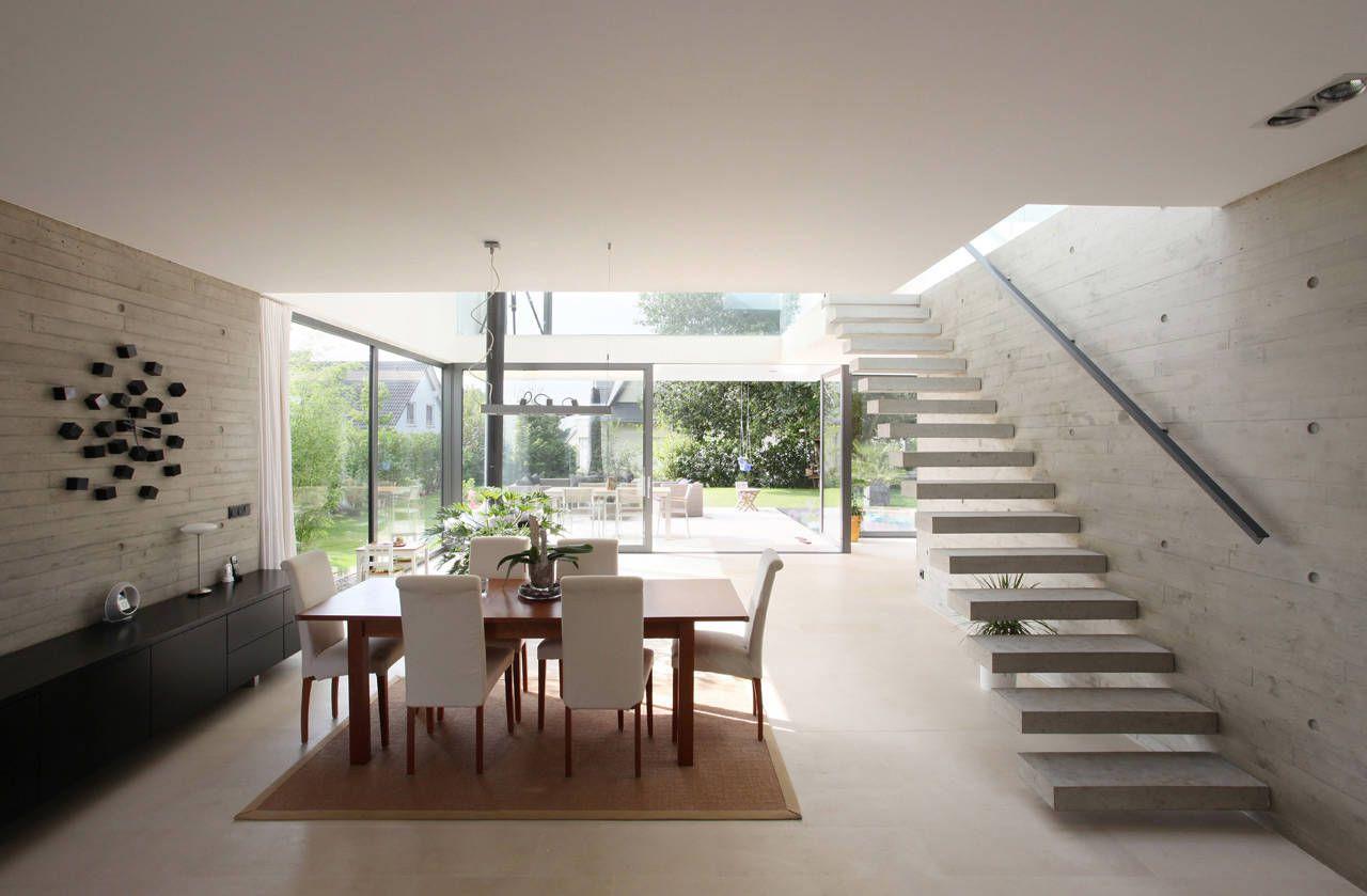 Dise o de casa moderna de dos pisos construye hogar for Tipos de escaleras para casas de 2 pisos
