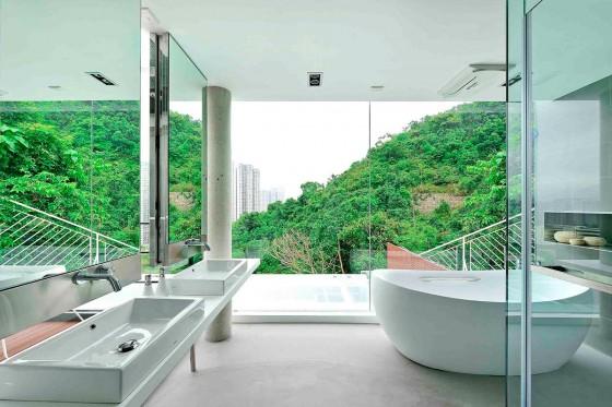 Diseño de cuarto de baño con vista a la calle
