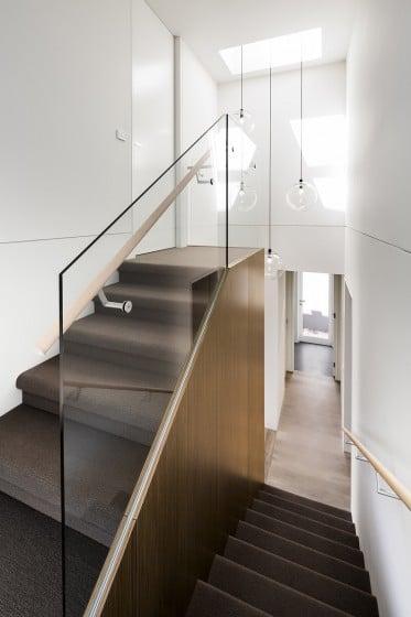 Diseño de escaleras modernas cubiertas de alfombra