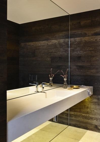 Diseño de lavabo blanco en cuarto de baño paredes madera