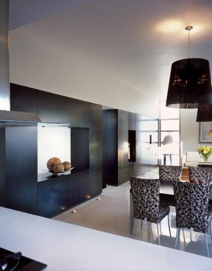 Estantes negros en casa moderna