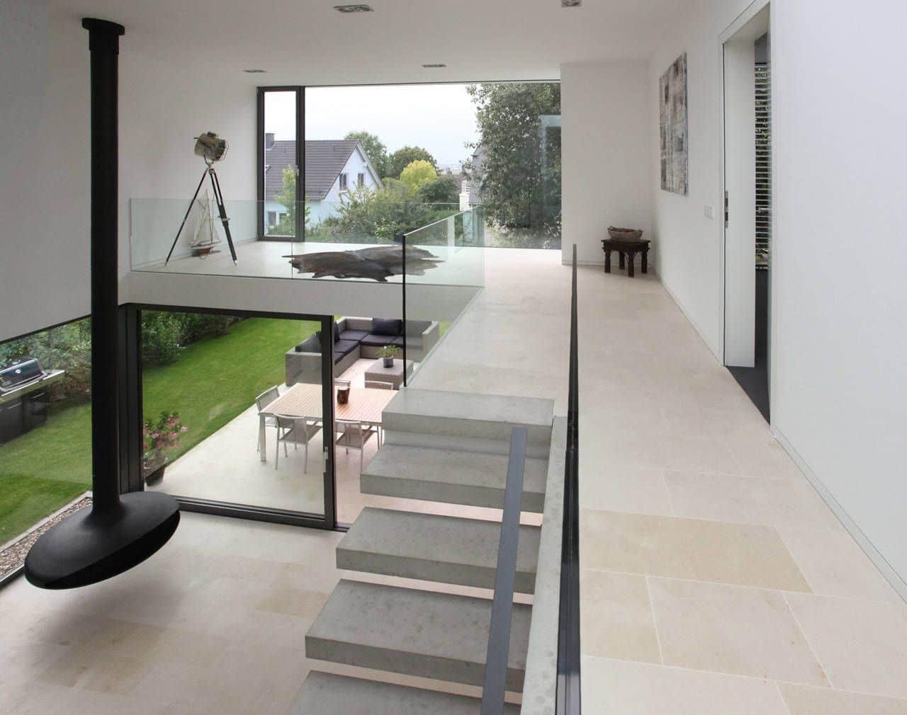 Dise o de casa moderna de dos pisos construye hogar for Sala de estar segundo piso