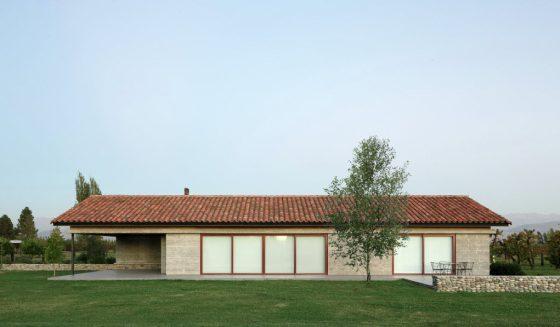 Casa de campo de hormigón y techos a dos aguas