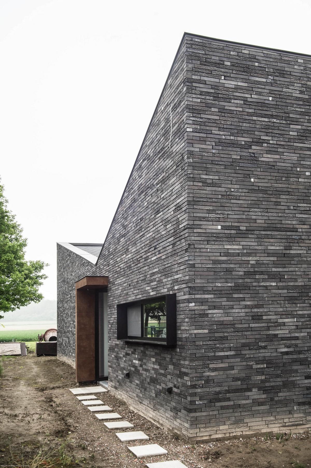 Casa moderna de un piso con fachada piedra for Casas modernas revestidas en piedra