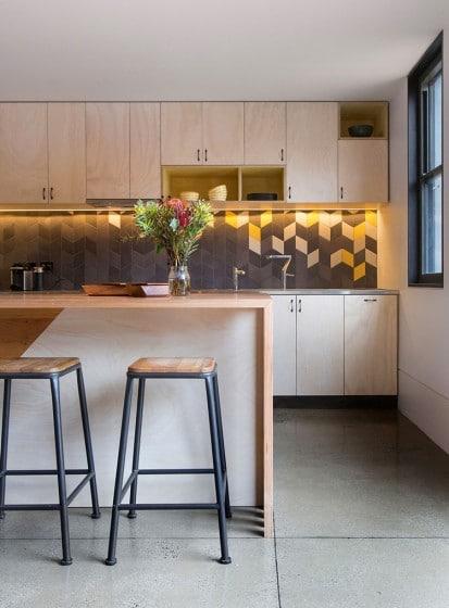 Detalles de cocina con muebles de madera en tono natural
