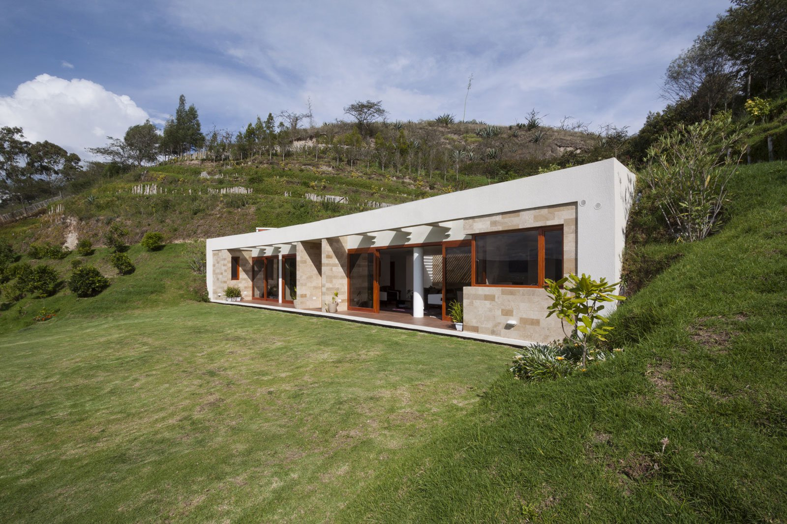 Casa una planta moderna con techo verde for How to build a house in a mountain