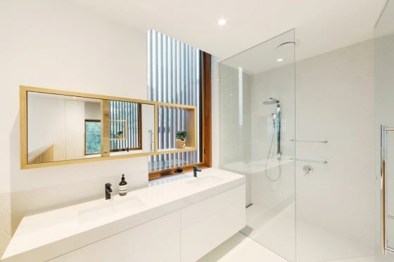 Diseño de cuarto de baño moderno de color blanco