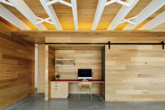 Diseño de cuarto de estudio oculto en paredes de madera