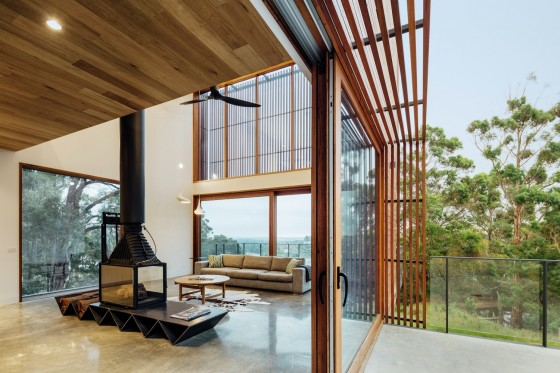 Diseño de sala de casa moderna con grandes ventanas