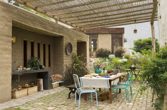 Diseño de terraza casa con techo de caña
