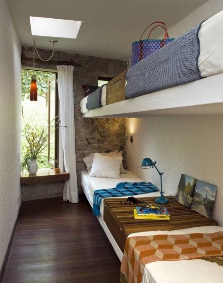 Dormitorio rural con literas