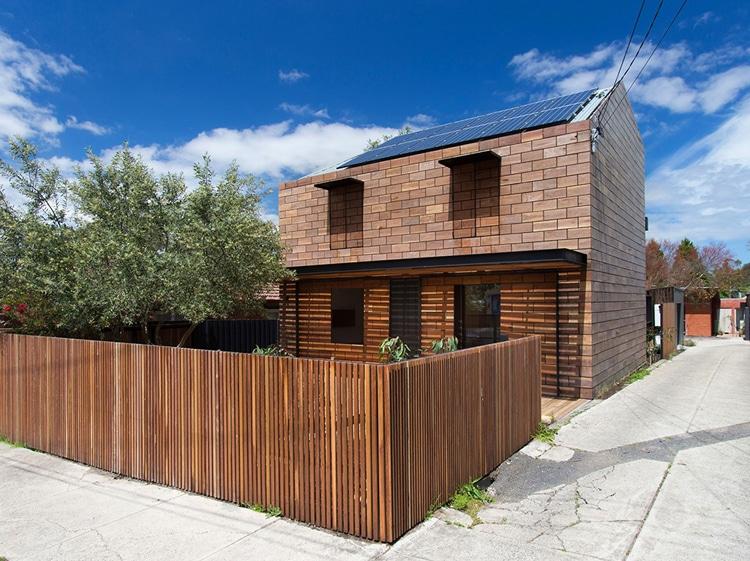 Original casa de dos pisos con fachada madera for Casas de madera de dos pisos