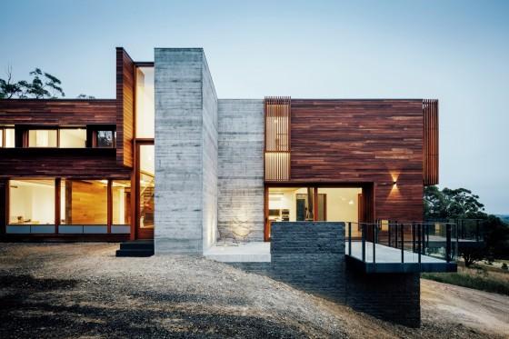 Fachada casa grande moderna en montaña