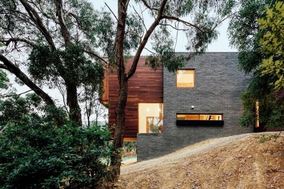 Fachada bloques de hormigón y madera casa moderna de dos plantas