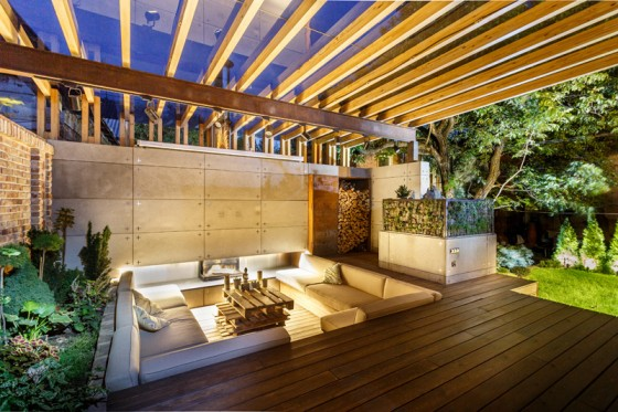 Hermoso diseño de terraza con muebles bajo nivel del suelo