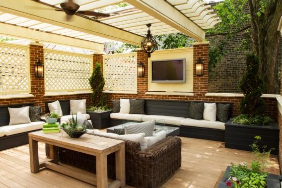 Diseño de solana grande paredes ladrillo caravista y cercos madera