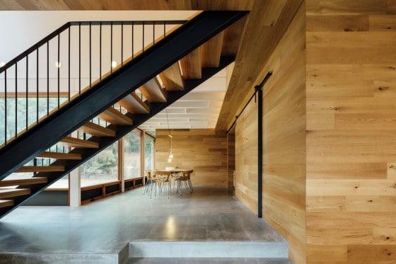 Pasadizo debajo de escaleras de acero y madera