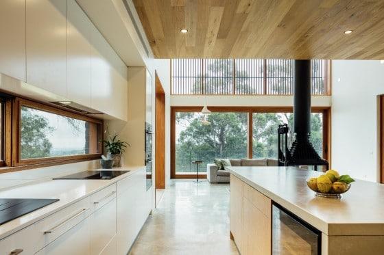 Primera vista cocina fondo sala con chimenea
