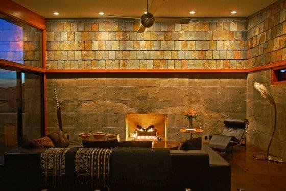 Sala con paredes de hormigón y piedra
