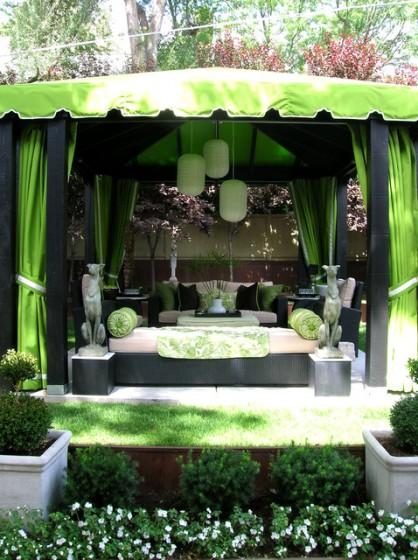 Modelo de toldo para terraza color verde con muebles modernos