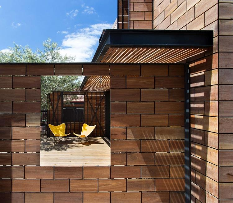 Original casa de dos pisos con fachada madera construye for Fachadas de casas con azulejo