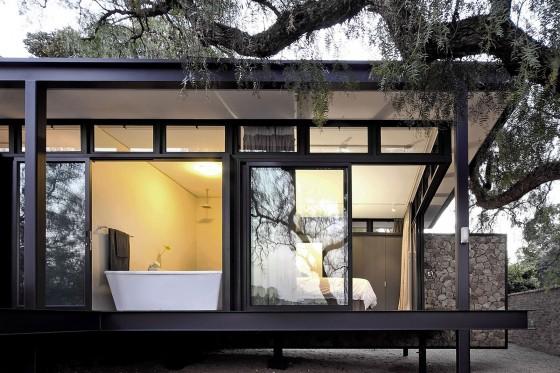 Casa de un piso de acero y piedra