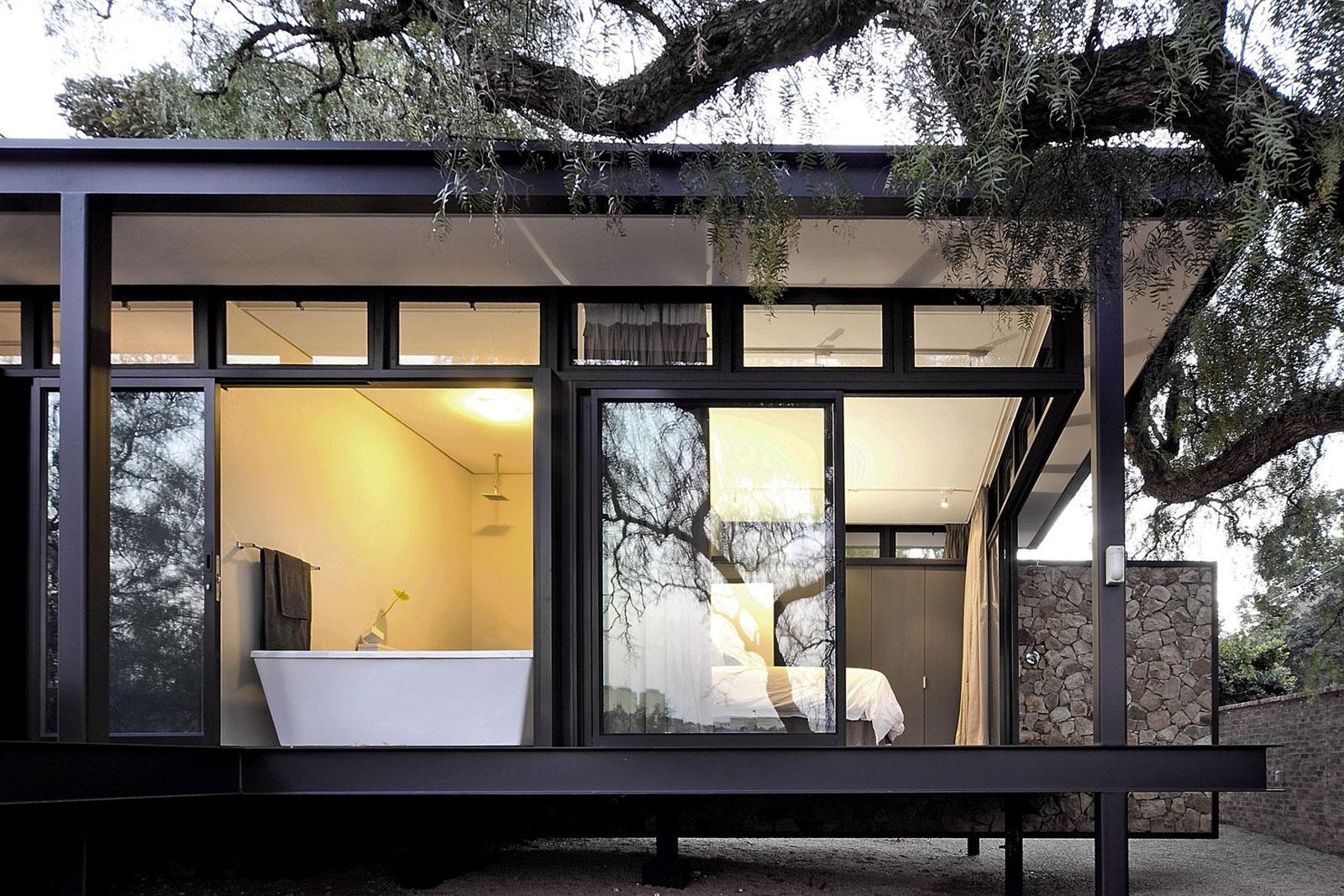 Moderna casa de campo con estructura acero construye hogar for Estructuras de hierro para casas
