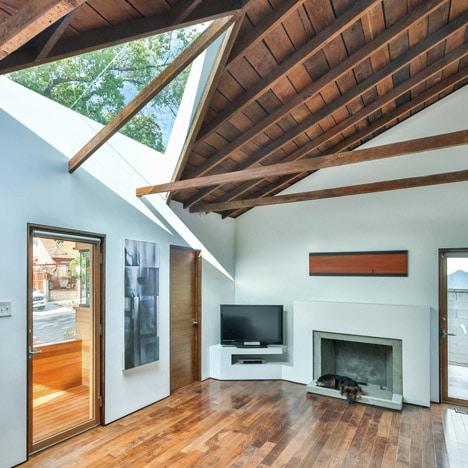 Diseño de sala modernizada con techo de madera