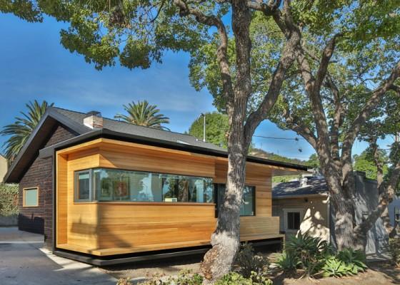 Diseño casa típica un piso con fachada remodelada de madera