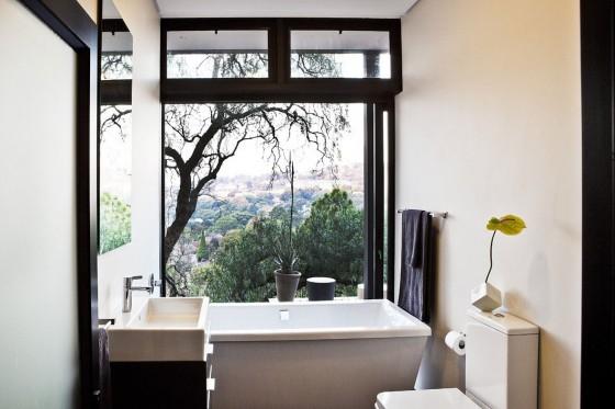 Diseño de cuarto de baño con ventana grande