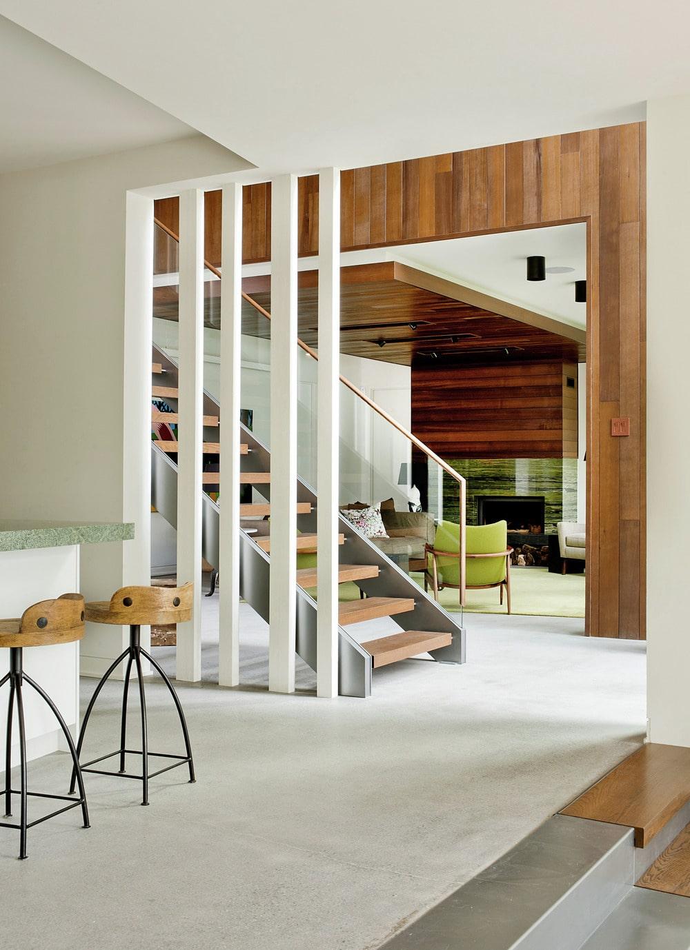 Casa de campo moderna de dos pisos en desnivel construye for Terrazas internas