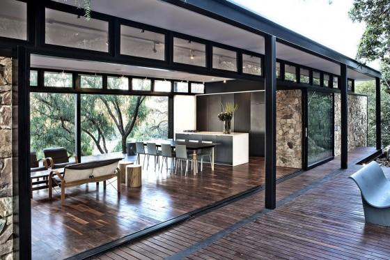 Fachada casa un piso abierta al exterior