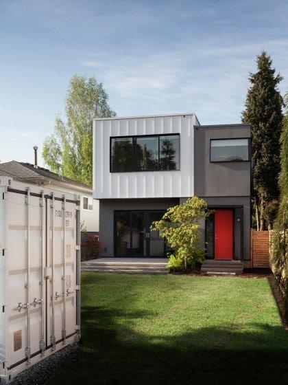 Fachada posterior sencilla casa de dos pisos