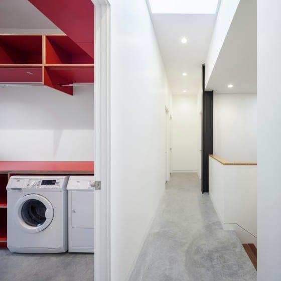 Lavandería y pasadizos de casa dos plantas