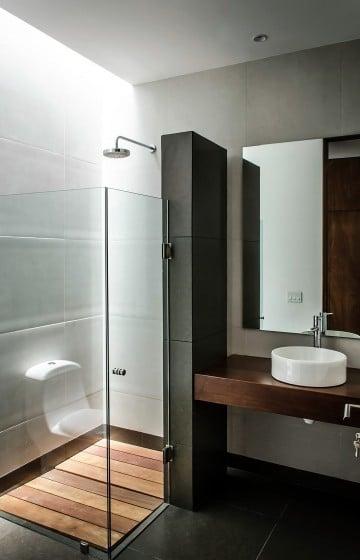 Diseño de cuarto de baño sencillo y moderno